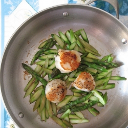 Pan-Seared Scallops Steamed Asparagus