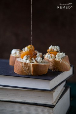 Apricot Thyme Goat Cheese and Bacon Crostini Recipe