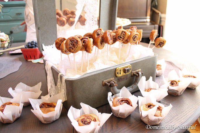 Mini Cinnamon Roll Pops