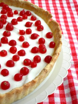 Red currants and cream cheese tart