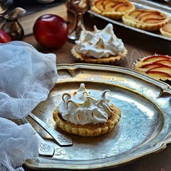 Tartelettes with Plums and Meringue