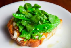 Peas on Toast with Ricotta and Caramelized Onions Recipe