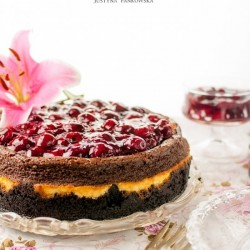 Cheesecakes with cherry and Oreo