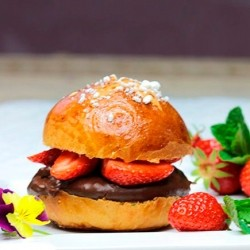 Brioche with chocolate cream and strawberries